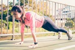 Sportswear för mode för konditionsportflicka som gör yogakonditionövning i gata fotografering för bildbyråer
