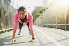 Sportswear för mode för konditionsportflicka som gör yogakonditionövning i gata Färdig ung asiatisk kvinna som gör utbildningsgen arkivbilder