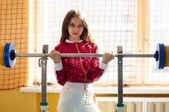 Sportswear f?r mode f?r sportig flicka f?r kondition b?rande i idrottshall fotografering för bildbyråer