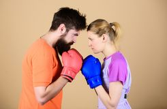 sportswear lucha golpe de gracia y energ?a entrenamiento de los pares en guantes de boxeo Mujer feliz y entrenamiento barbudo del fotografía de archivo