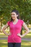 Sportswear Sporty милой женщины нося представляя в парке Стоковое Фото