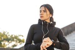 Sportswear vestindo da mulher atrativa da aptidão que exercita fora foto de stock royalty free