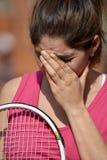 Sportswear vestindo da mulher fêmea infeliz do jogador de tênis imagem de stock