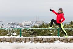 Sportswear vestindo da mulher que exercita durante o inverno Imagem de Stock Royalty Free