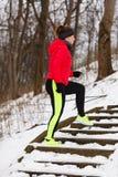 Sportswear vestindo da mulher que exercita durante o inverno fotos de stock