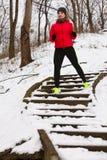 Sportswear vestindo da mulher que exercita durante o inverno fotografia de stock royalty free