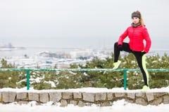 Sportswear vestindo da mulher que exercita durante o inverno imagens de stock royalty free