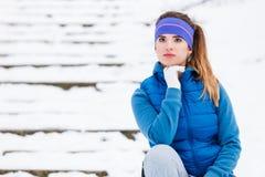 Sportswear vestindo da mulher que exercita fora durante o inverno Imagem de Stock