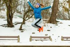Sportswear vestindo da mulher que exercita fora durante o inverno Fotos de Stock