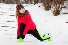 Sportswear vestindo da mulher que exercita fora durante o inverno Foto de Stock Royalty Free