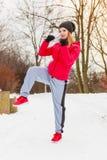 Sportswear vestindo da mulher que exercita fora durante o inverno Fotografia de Stock Royalty Free