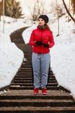 Sportswear vestindo da mulher que exercita fora durante o inverno Imagem de Stock Royalty Free