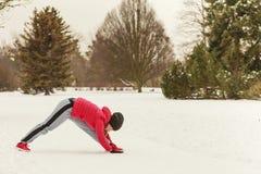Sportswear vestindo da mulher que exercita fora durante o inverno fotografia de stock