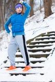 Sportswear vestindo da mulher que exercita fora durante o inverno foto de stock