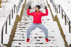 Sportswear vestindo da mulher que exercita fora durante o inverno fotos de stock royalty free