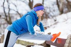 Sportswear vestindo da mulher que exercita fora durante o inverno imagens de stock