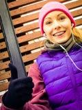 Sportswear vestindo da mulher que exercita fora durante o outono Foto de Stock Royalty Free
