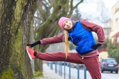 Sportswear vestindo da mulher que exercita fora durante o outono Fotografia de Stock Royalty Free