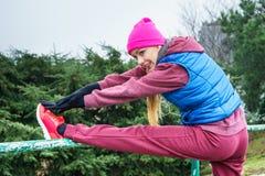 Sportswear vestindo da mulher que exercita fora durante o outono foto de stock