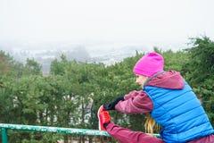 Sportswear vestindo da mulher que exercita fora durante o outono fotos de stock royalty free