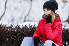 Sportswear vestindo da mulher que senta-se fora durante o inverno Foto de Stock Royalty Free