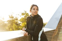 Sportswear vestindo da mulher segura atrativa da aptid?o imagens de stock royalty free