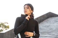 Sportswear vestindo da mulher segura atrativa da aptid?o imagem de stock royalty free