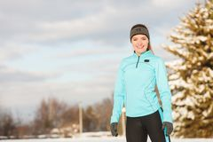 Sportswear vestindo do inverno da menina ereta, fundo das árvores Fotos de Stock Royalty Free