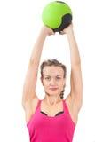 Sportswoman будет зеленый шарик Стоковые Изображения RF