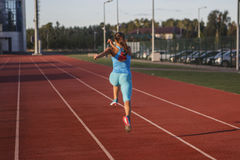 Sportswoman делая тренировки Стоковые Изображения