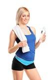 Sportswoman atrativo com um frasco da água Fotografia de Stock