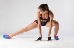Sportswoman che fa esercitazione Immagine Stock