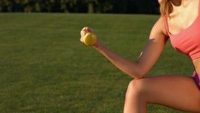 Sportswoman che si esercita con i dumbbells video d archivio