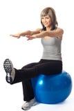 Sportswoman che si esercita su una sfera di forma fisica Fotografie Stock Libere da Diritti