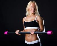 Sportswoman che tiene un fitbat fotografia stock libera da diritti