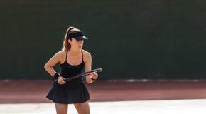 Sportswoman com a raquete na corte de tênis fotos de stock