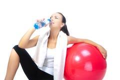 Sportswoman con la bottiglia di acqua pura Immagine Stock