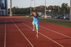 Sportswoman, der Übungen tut stockbilder