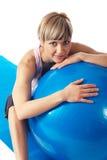 Sportswoman, der auf einer Eignung-Kugel trainiert Lizenzfreie Stockbilder