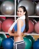 Sportswoman i konditionidrottshall Royaltyfria Bilder