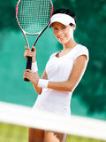 Sportswoman med racket på tennisbanan Arkivbild
