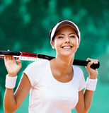 Sportswoman med racqueten på tennisbanan Arkivfoton