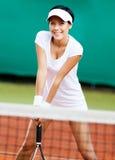 Sportswoman på tennisbanan Royaltyfria Bilder