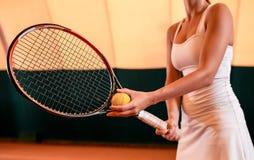 Sportswoman på tennisbanan med racqueten Arkivfoto