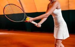 Sportswoman på tennisbanan med racqueten Fotografering för Bildbyråer