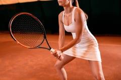 Sportswoman på tennisbanan med racqueten Royaltyfria Bilder