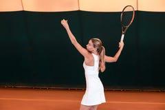 Sportswoman på tennisbanan med racqueten Royaltyfria Foton