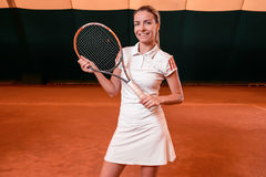 Sportswoman på tennisbanan med racqueten Royaltyfri Foto