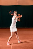 Sportswoman på tennisbanan med racqueten Royaltyfri Fotografi