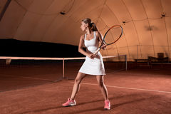 Sportswoman på tennisbanan med racqueten Royaltyfri Bild